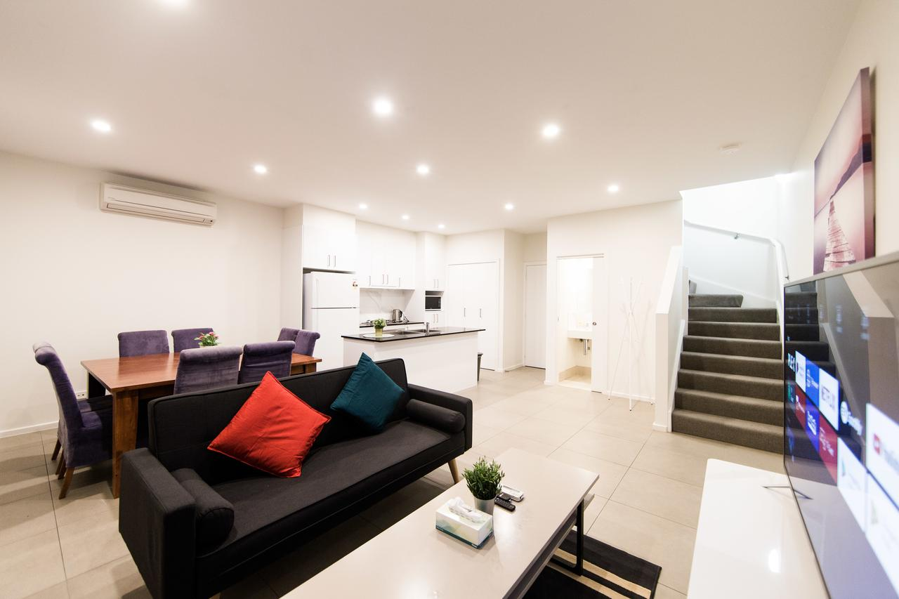 BR Townhouse Double Garage walk to Lake Ginninderra